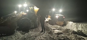 Kar ve tipi nedeniyle iş makinesi yolda mahsur kaldı