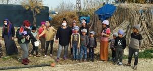 Çadırda yaşayan çocuklar üşümeyecek İyilik Ören Grubu, Karataş'ta çadırda yaşayan 1562 çocuğa atkı, bere, süveter ve ceket dağıttı