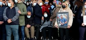 Korona virüsten ölen doktora gözyaşılı veda Adana'da korona virüse yenilen 38 yaşındaki doktor için görev yaptığı hastanede tören düzenlendi Genç doktorun anne ve babasının da koronayı atlattığı öğrenildi