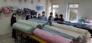 Boyraz'dan memleketindeki kadınlara destek AK Parti İstanbul Milletvekili Osman Boyraz, doğum yeri olan Sivas'ın Gürün ilçesinde Halk Eğitim Müdürlüğü'ne bağlı olarak salıncak üretimi yapan kadınlara kumaş ve pazar desteği sağladı