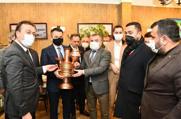 Başkan Özdemir, Bakan Pakdemirli'ye Havza semaveri hediye etti