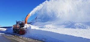 Karla mücadele timleri iş başında Karayolları ekipleri 2 metreyi aşan kar kalınlığının bulunduğu bölgede yol açma çalışması yaptı