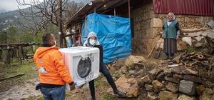Belediyeden 81 yaşındaki kadına yardım eli Mersin Büyükşehir Belediyesince Aydıncık ilçesinde yaşayan 81 yaşındaki kadının ev ihtiyaçları karşılanırken, 'Halk Kart'tan yararlanması sağlanarak gıda yardımında bulunuldu