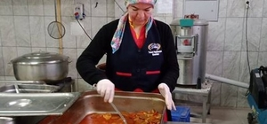 Gazetelerdeki yemek tariflerinden aşçılığa uzanan serüven Gazetelerdeki yemek tariflerini öğrenmek için deneyen 40 yaşındaki anne, seneler sonra aşçılık hayaline kavuştu