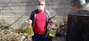"""Pandemide lavanta yağına olan talep arttı Litresi 400-450 TL'ye satılan lavanta yağı yok satıyor Kuyucak köyü Muhtarı Yılmaz: """"Türkiye'nin dışında Hollanda'dan da çok talep alıyoruz"""""""