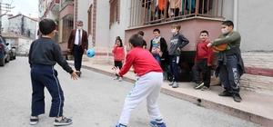 Çocuklar sokak futbolu taktiklerini Başkan Büyükakın'dan öğrendi Başkan Büyükakın, çocuklarla futbol ve basketbol oynadı