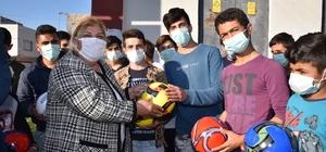 Başkan Erdem gençleri futbol topuyla sevindirdi