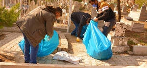 Ergani'de mezarlıklar temizleniyor