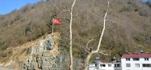 Heyelan sahasına Türk bayrağı Giresun merkeze bağlı Duroğlu beldesinde daha önce sürekli heyelanların yaşandığı yamaç alınan tedbirler ile güvenli hale getirilirken, bölgeye 15 metre yüksekliğinde Türk bayrağı dikildi