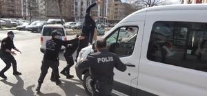 Öldürülen kadının yakını, sanıkları taşıyan cezaevi aracına uçtu