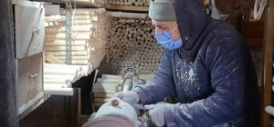 """85'lik Abdullah usta fabrika gibi çalışıyor, günde 500 keser sapı üretiyor İlerleyen yaşına rağmen gençlere taş çıkartan Abdullah Dizen: """"Boş duramıyorum, 500 adet üretip, farklı illere gönderiyoruz"""""""