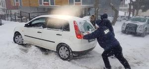 Tekirdağ'da kardan dolayı yolda kalan araçları zabıta iterek kurtardı