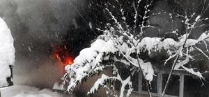Sakarya'da alev alev yanan ev kullanılamaz hale geldi Karla kaplı yollar itfaiyenin yangına müdahalesini güçleştirdi