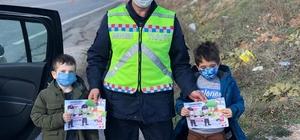 Jandarma çocukları boyama kitabıyla mutlu etti