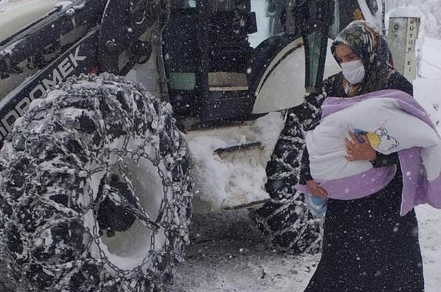Küçük çocuğu almaya giden ambulans yolda kaldı, belediye ekipleri yetişti