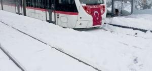 Tramvay seferleri kardan etkilenmedi Araçlarını kullanamayan vatandaşlar toplu taşımaya akın etti