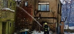 Elektrikli sobadan çıkan yangında piknik tüpleri patladı, ev küle döndü