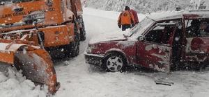 Paletli kar küreme aracı, karşıdan gelen otomobile çarptı: 3 yaralı