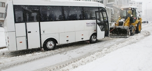 Atakum Belediyesi tüm ekipleriyle karla mücadelede Karda mahsur kalan otobüsü iş makinesi kurtardı