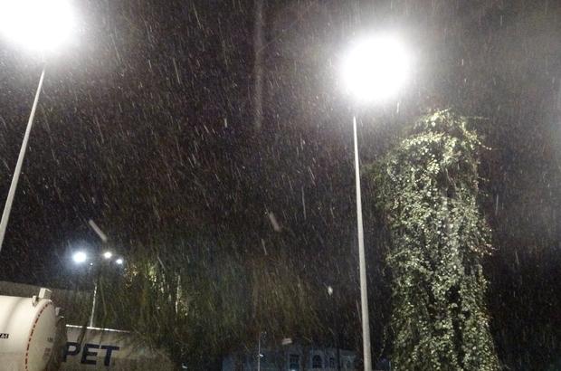 Antalya'ya 5 yıl aradan sonra kar yağdı Yüksek kesimlerde etkili olan kar her yeri beyaza bürüdü Kent merkezine toz şeklindeki kar yağışını gören vatandaşlar, o anları görüntüledi