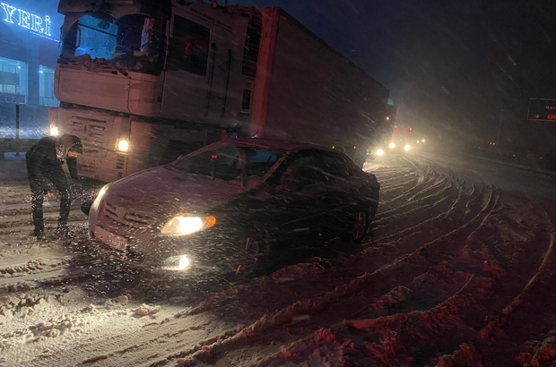 Adana-Ankara otoyolunda kar ve tipi trafiğini olumsuz etkiledi