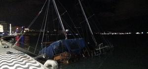 İzmir'de fırtına nedeniyle, tekne yan yattı