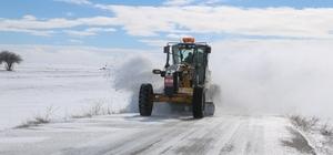 Tipiye rağmen karla mücadele çalışmaları sürüyor Sivas İl Özel İdaresi karla mücadele ekipleri, dondurucu soğuğa ve tipiye aldırış etmeden karla mücadele çalışmalarını sürdürüyor.