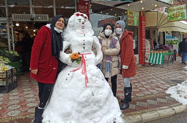 """Kardan gelinlik ilgi odağı oldu Resim çektiren genç kızlar: """"Bir gün biz de giyeriz"""""""