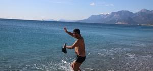 Dün kar yağan Antalya'da bugün deniz keyfi Türkiye kar ve soğuğa teslim olurken, Antalya'da vatandaşlar denize girdi