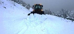 Kahramanmaraş'ta 82 mahallenin yolu ulaşıma kapandı Kapanan yollarda kar temizleme işlemleri sürüyor