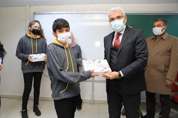 """İhtiyaç sahibi öğrencilere tablet dağıtımı sürüyor Güder: """"Büyük devlet olmanın haklı gururunu yaşıyoruz"""""""