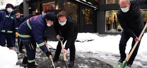 Karesi'de başkanlar işçilerle birlikte kar küredi