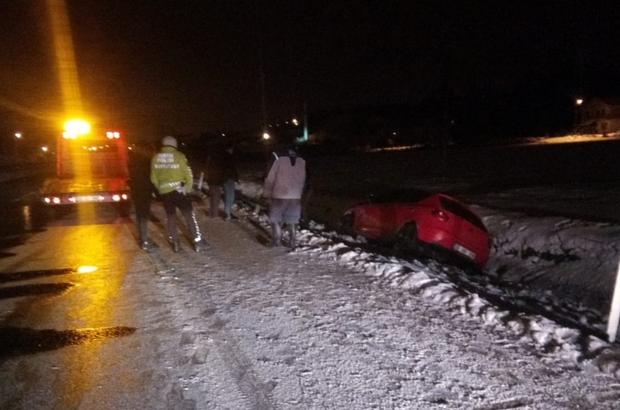 Buzlu yolda kayan otomobil kanala düştü