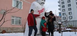 4 metre uzunluğunda dev kardan adam yaptılar