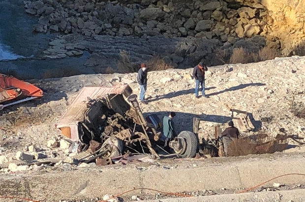 40 metrelik uçuruma yuvarlanan tırın sürücüsü  ölümden atlayarak kurtuldu Sürücü uçuruma yuvarlanan tırdan son anda kendini atarak yaralandı