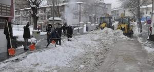 Kar kalınlığı 30 santimetreyi buldu, temizleme çalışmaları başladı Sivas'ın Gürün ilçesinde kar kalınlığı 30 santimetreyi buldu, vatandaşların mağduriyet yaşamaması için belediye ekiplerinin karla mücadelesi başladı