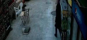 """Rüzgara kapılan stadından arkasınan koşan market sahibi:"""" İzledikçe gülüyorum"""" Rüzgarla hareketlenen stant arkasına iki kişi birden taktı Market sahibi ve müşterinin stant kovaladığı anlar kameralar tarafından kaydedildi"""
