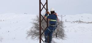 Enerji timlerini dondurucu soğuk ve kar durduramıyor Sibirya soğuklarının etkili olduğu Sivas'ta ÇEDAŞ'ın enerji timleri 6 köyün elektriksiz kalmaması için paletli araçla bölgeye ulaşarak arızayı giderdiler
