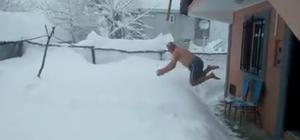 1,5 metre kar içinde yüzmenin keyfini çıkardı