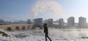 Burası Türkiye'nin en soğuk noktası Türkiye'nin en düşük hava sıcaklığı, sıfırın altında 27.1 derece olarak Sivas'ın İmranlı ilçesinde ölçüldü Sibirya soğuklarının yaşandığı Sivas'ta havaya atılan sıcak su yere buz taneciği olarak düştü