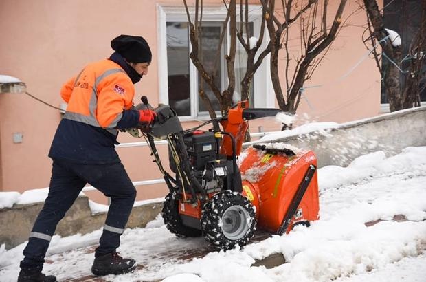 Kaldırımlarda kalan karları temizleme çalışması sürüyor