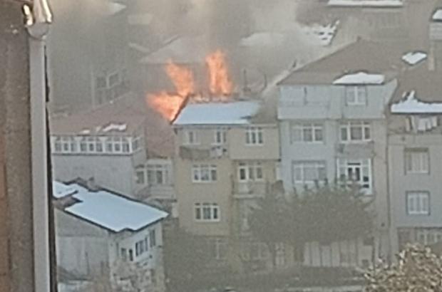 3 katlı binanın çatısı alev alev yandı İzmit'te çıkan yangında korkuya kapılan 2 kişi hastaneye kaldırıldı Yangını gören kısıtlamaya bakmadan sokağa döküldü