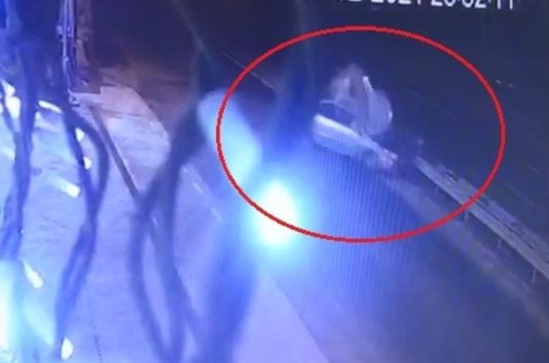Sürücünün öldüğü kaza güvenlik kamerasına saniye saniye yansıdı Bariyerlere çarpan otomobilin sürücüsü kurtarılamadı