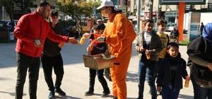 Akdeniz Belediyesi, vatandaşlara portakal suyu dağıttı