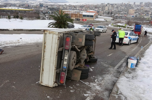 Samsun'da buzdan kayan kamyonet devrildi: 3 yaralı