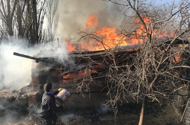 Arı kovanı imalathanesinde çıkan yangını söndürmek için çocuklar da seferber oldu Konya'da arı kovanı imalathanesinde çıkan yangında binlerce kovan kullanılamaz hale geldi