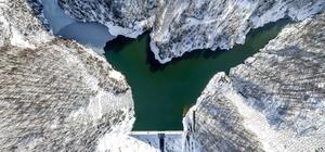 Karla kaplı dağın eteklerindeki göletin görsel şöleni mest etti Sarıyayla Göleti'nin eşsiz manzarası havadan görüntülendi