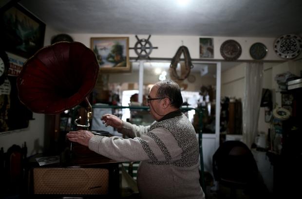 (Özel) 1959 yılından beri sevdiği mesleği yapıyor Türkiye'nin dört bir yanındaki gramofonlar onun elinden geçiyor
