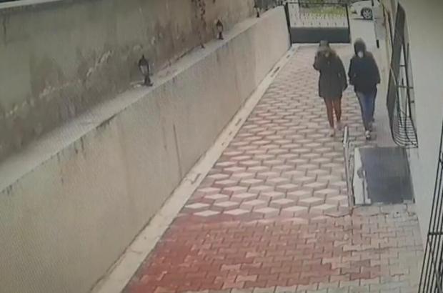 Ev hırsızları önce kameralara ardından polise yakalandı Mersin'de evlerden hırsızlık yaptıkları iddiasıyla gözaltına alınan 3'ü kadın 4 kişi gözaltına alındı Kadınların evlere girme anları güvenlik kameraları tarafından saniye saniye görüntülenirken, sakin tavırları pes dedirtti