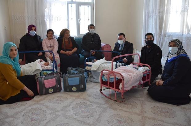Başkan Beyoğlu'ndan üçüzleri olan aileye bebek çantası hediyesi